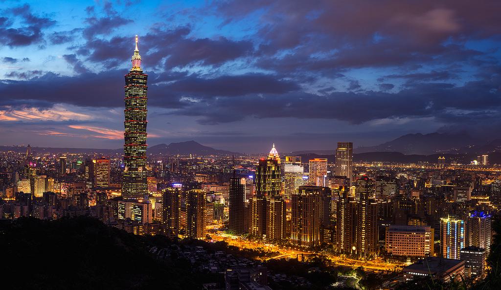 نمایی از برج تایپه 101 در شب