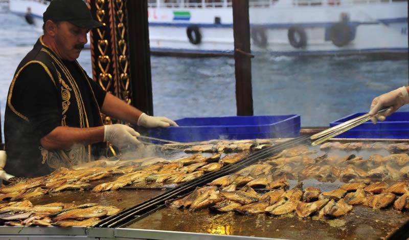 Eminönü Balık Ekmek - بهترین غذاهای ترکیه که باید در استانبول امتحان کنید | Istanbul