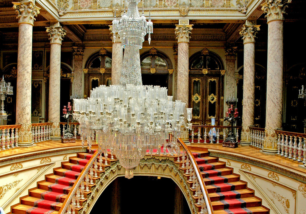 Crystal staircase and chandelier of Dolmabahçe Palace - کاخ دلما باغچه استانبول ، ترکیه | Istanbul