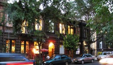 984e7dc4 1d87 4d36 9e05 9f357decc91b 384x220 - خیابان آبوویان ایروان ، ارمنستان | Yerevan