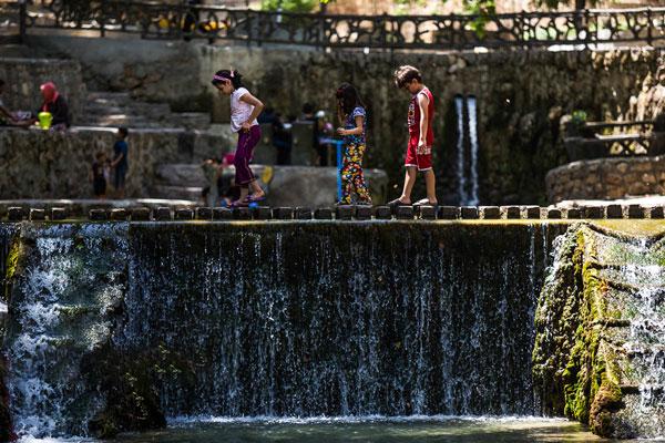 گردشگاه باباامان گردشگاه باباامان در کیلومتر ۱۰ جادهٔ بجنورد -مشهد، یکی از قدیمیترین پارکهایگردشگری در ایرانبهشمار میرود. این پارک دارای استخرهای متعدد و پارک جنگلی دارای ۴۰۰٬۰۰۰ اصله درخت ازجمله چنارک، زالزالک، اقاقیا و زردآلو است، همچنین این پارک دارای پوشش گیاهی به وسعت ۲۵۰ هکتار میباشد.چشمه این مجموعه تفریحی که از نوع آبهای معدنی محسوب میشود ۳۰۰ الی ۴۰۰ لیتر در ثانیه آبدهی دارد. این چشمه از چهار نقطه درون تپهای میجوشد و به درون استخرهایی میریزد که با اختلاف سطح ساخته شدهاست.