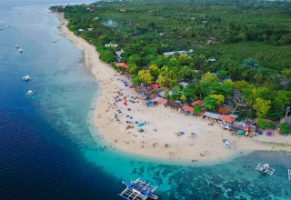 Cebu erial view of sandy beach with tourists swimming in beautiful clear sea water of the Sumilon island beach landing near Oslob Cebu Philippines. 1000x563 320x220 - بهترین مناطق دیدنی فیلیپین (قسمت ۱) | Philippines