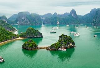 Tourists boats exploring Halong Bay 320x220 - خلیج هالونگ ، از جاذبه های محبوب ویتنام | Ha Long Bay