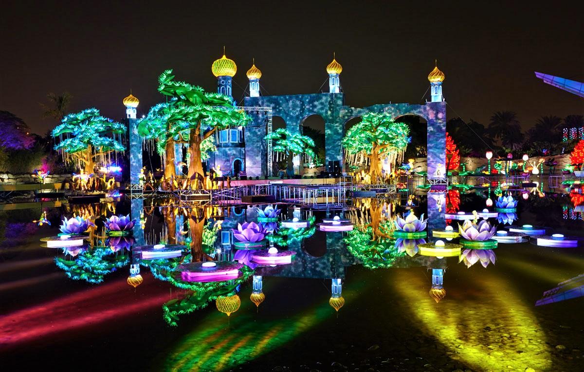 دنیای دریا |Sea World این بخش یکی دیگر از اولین های گاردن گلو محسوب می شود؛ چرا که نخستین پارک موضوعی کشور امارات متحده عربی است که دنیای زیرآب را به نمایش گذاشته است و به زیبایی با بازدیدکنندگان تعامل برقرار می کند. جنگل خوشحال | Happy Forest در آخرین بخش گاردن گلو، شاهد خوشحالی ساکنان جنگل نور هستید! حیوانات قد و نیمقدی که در هم آوایی رنگین و نورانی شادی خود را به نمایش می گذارند.
